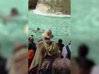 Un hombre se baña desnudo ante decenas de turistas en la Fontana de Trevi