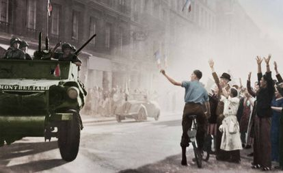 Los carros blindados de la división Leclerc llegan a la calle Guynemer durante la liberación de París, en una imagen del 25 de agosto de 1944.