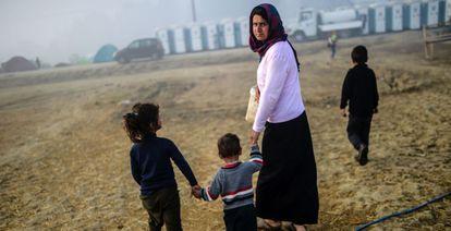 Una mujer camina con sus hijos por el campo de refugiados de Idomeni, en Grecia, este martes.