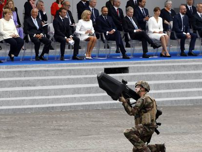Un soldado francés hace una demostración con el rifle antidrones Nerod F5 en los campos Elíseos de París durante el desfile militar del Día de la Bastilla.