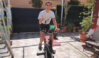Carolina Marín pedalea sobre una bicicleta estática en su domicilio de Huelva. / IMAGEN CEDIDA