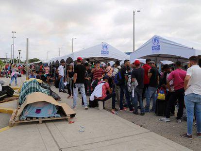 Miles de venezolanos hacen largas filas el pasado viernes 21 de junio en el Centro Binacional de Atención Fronteriza de la ciudad fronteriza de Tumbes (Perú), para intentar ingresar al país por la frontera norte con Ecuador, a pocas horas de que entre en vigor la exigencia de visa humanitaria.