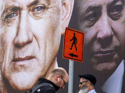 Carteles del centrista Gantz y del conservador Netanyahu en Tel Aviv.