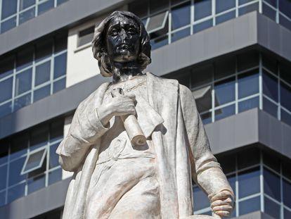 El monumento de Cristóbal Colón sin nariz y con el rostro pintado de negro, este lunes en el centro de La Paz (Bolivia).