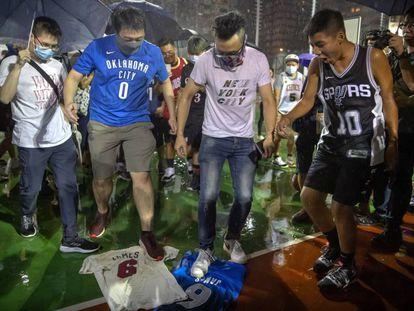 Aficionados pisotean las camisetas de LeBron James en Hong Kong.