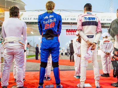 Fernando Alonso, a la izquierda, y Hartley, de Toro Rosso, durante el GP de Bahréin.