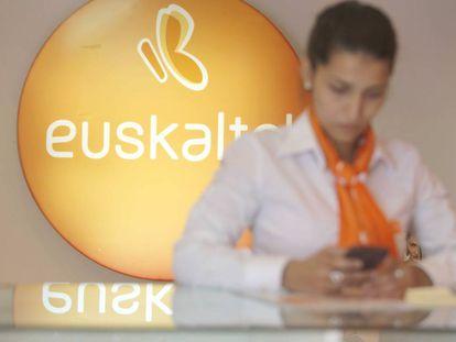 Una empleada de Euskaltel, en una tienda del operador vasco en San Sebastián.