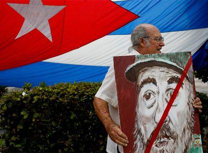 Un exiliado cubano sostiene un retrato de Fidel Castro en la Pequeña Habana, en Miami, en abril de 2008.