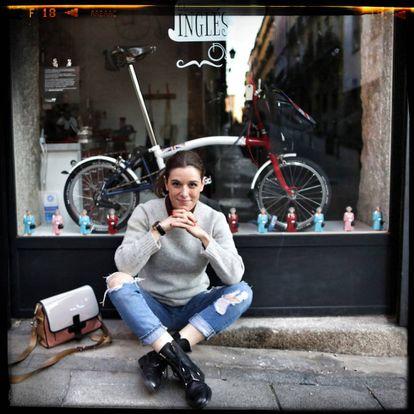 Raquel Sánchez Silva delante de su tienda de bicicletas preferida de la capital.