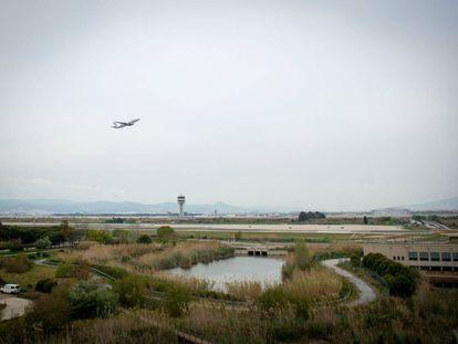 Un avión despega del aeropuerto de El Prat el pasado mes de mayo.