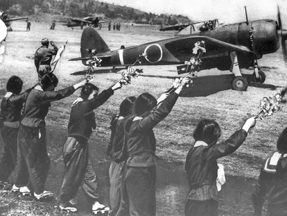 Despedida con ramas de cerezos en flor de un piloto kamikaze en 1945, en una imagen de 'El hombre que salvó a los cerezos'.