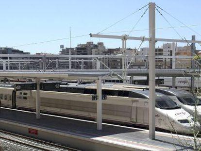 Tres trenes AVE en una estación española
