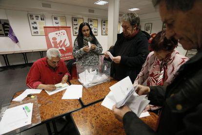 Militantes de IU participan en el referéndum del sabado 14 de marzo en la asamblea de Vallecas.