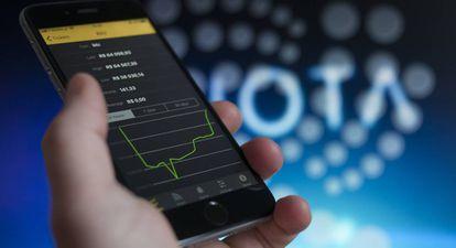 Una persona maneja un móvil con aplicaciones financieras en diciembre de 2017.