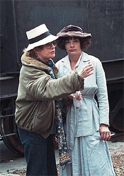 Marie Trintignant, de frente, junto a su madre, Nadine.