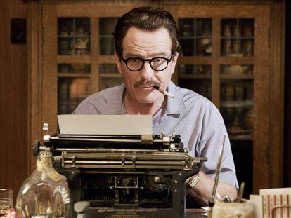 """""""Hay un valor agregado en la escritura manuscrita sobre las páginas de un libro que lo distingue de todos los demás ejemplares, lo hace único"""". En la imagen, Bryan Cranston en la película 'Trumbo' (2015)."""