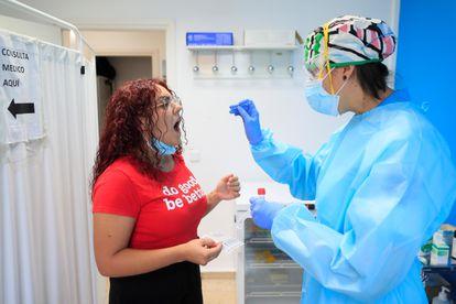 Una mujer se somete a una prueba PCR, este martes en el madrileño distrito de Usera.