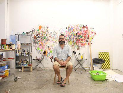 Las obras de Javier Calleja han viajado por medio mundo: Japón, China, Estados Unidos, Rusia, África y Latinoamérica. En la imagen, el creador en su estudio de Málaga.