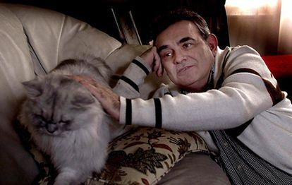 El escritor catalán Terenci Moix, fotografiado en su casa en 2002.