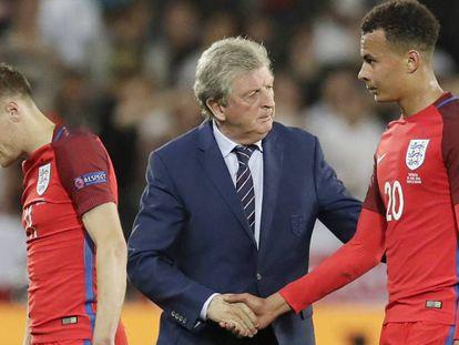 Hodgson, junto a Vardy, consuela a Alli tras el partido. PAVEL GOLOVKIN AP / Vïdeo: uefa.com