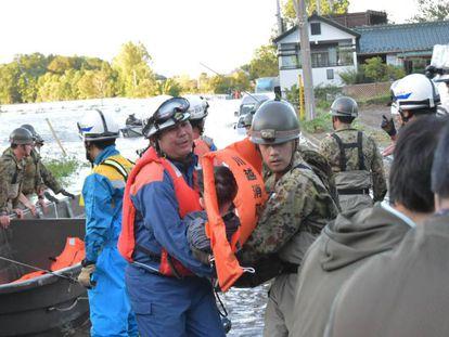 Los equipo de rescate evacuan a residentes en la zona afectada por el tifón en Kawagoe (Japón).