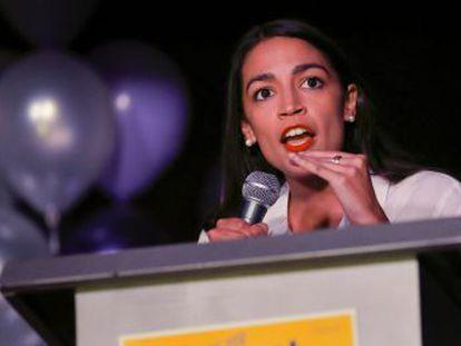 La demócrata Ocasio-Cortez, que trabajaba como camarera y será la más joven del Capitolio, dice tener dificultades para costearse un apartamento ante su llegada a la capital