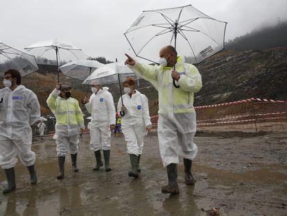 La consejera de Medio Ambiente, Arantxa Tapia (la segunda por la derecha de la imagen) y el de Seguridad, Josu Erkoreka, junto a alcaldes de la zona, en la inspección al vertedero.