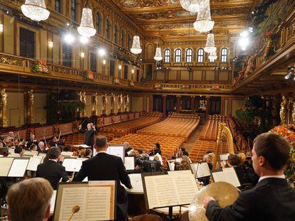 Riccardo Muti dirige a la Orquesta Filarmónica de Viena en el Musikverein durante el Concierto de Año Nuevo de 2021.