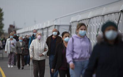 Fila de personas esperando para vacunarse en Antwerp, Bélgica, el 3 de mayo.