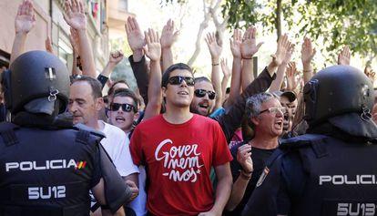 Simpatizantes de la CUP en la concentración frente a su sede el pasado 20 de septiembre con motivo de los registros policiales.