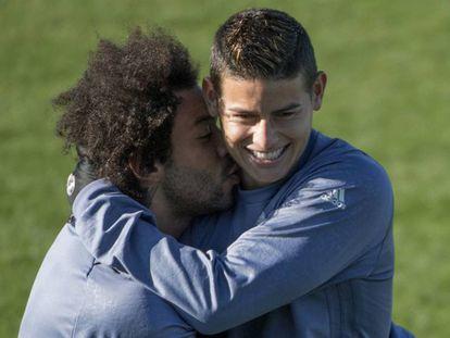 Marcelo bromea con James en el entrenamiento de este martes previo al partido contra el Borussia.