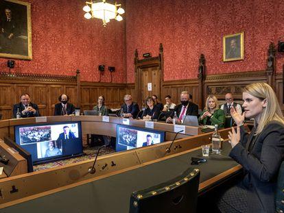 Frances Haugen (derecha) comparece este lunes ante un comité del Parlamento británico en Londres.