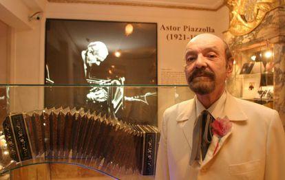 Horacio Ferrer, en 2013, ante un bandeón utilizado por Piazzolla, en el centro dedicado al artista.