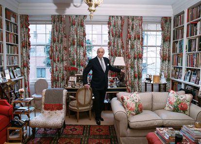 Reinaldo Herrera posa para ICON DESIGN en su despacho en Nueva York. En el suelo, alfombra inglesa de 'petit-point'. Las cortinas son herencia de su casa anterior.