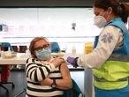 Una mujer es vacunada contra el Covid-19 en un dispositivo instalado en el Estadio Wanda Metropolitano, en Madrid (España), a 30 de marzo de 2021. La Comunidad de Madrid ha comenzado a vacunar este martes frente al Covid-19 a población general de 60 a 65 años con dosis de AstraZeneca. Asismismo, la semana que viene comenzará a vacunar a personas de 77, 78 y 79 años con dosis de Pfizer. 30 MARZO 2021;WANDA METROPOLITANO;MADRID;COMUNIDAD DE MADRID Marta Fernández Jara / Europa Press 30/03/2021