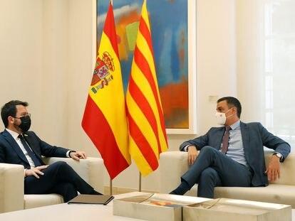 El presidente del Gobierno, Pedro Sánchez,  conversa con el presidente de la Generalitat, Pere Aragonès, durante su encuentro este martes en el Palacio de la Moncloa.