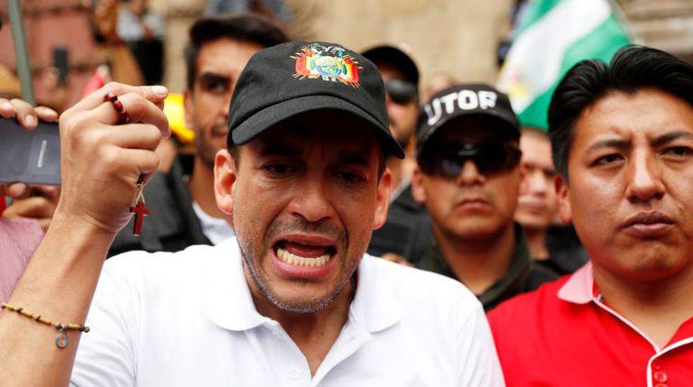 Luis Fernando Camacho exhibe un rosario durante una protesta contra Evo Morales en noviembre de 2019.