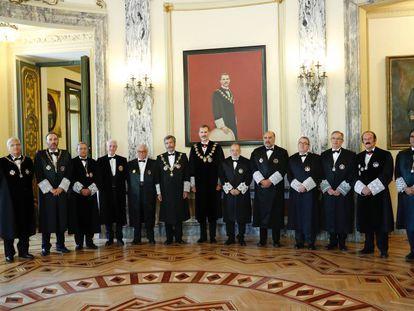 El rey Felipe VI, presidiendo el pasado año el acto solemne de apertura del Año Judicial, junto con los doce miembros de la junta de Gobierno.