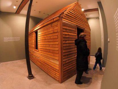 Visitantes a la exposición del Centro José Guerrero.