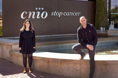 Los científicos Ana Teijeiro y Nabil Djouder, del grupo de Factores de Crecimiento, Nutrientes y Cáncer del CNIO.