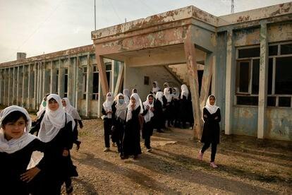 La fotógrafa Kiana Hayeri salió de Afganistán rumbo a Doha el 15 de agosto, después de trabajar durante siete años en este país. Centrada en la situación de las mujeres y los niños afganos, esta imagen la tomó el 5 de mayo pasado en la escuela femenina Marshal Dostum, en Sheberghan. Esta ciudad fue tomada por los talibanes el 6 de agosto.