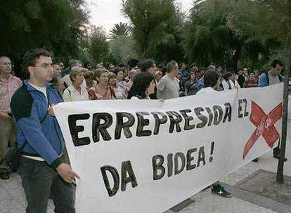 Simpatizantes de Batasuna se manifiestan ante la sede del PNV en San Sebastián.