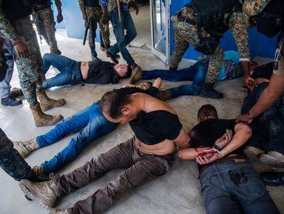 Un grupo de policías detienen a unos sospechosos de haber participado en el asesinato del presidente haitiano, Jovenel Möise, en Puerto Príncipe este jueves.
