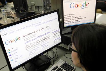 Una usuaria busca en Google una página sobre la agencia de protección de datos.