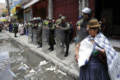 Una mujer acarrea un saco de azúcar comprado en una tienda estatal, ayer en La Paz.