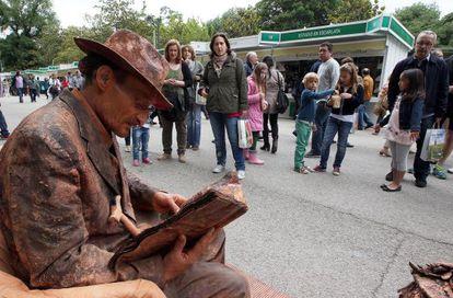 """""""Homenaje al libro que nos leían nuestros abuelos..."""", título de esta estatua viviente en el Retiro."""