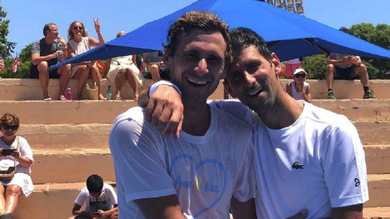 Novak Djokovic junto a su hermano menor (Marko) tras un entrenamiento en Marbella en 2019.