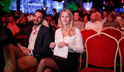 La política conservadora Marion Maréchal y su pareja, Vincenzo Sofo, en la Convención de la Derecha, este sábado en París.