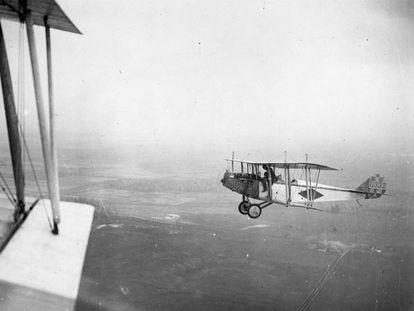 Un avión entrenamiento Curtiss 'Jenny' sobrevuela Canadá, en 1918.