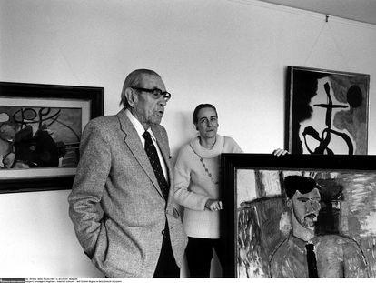 Siegfried y Angela Rosengart, con algunas de sus obras en su galería de Lucerna (Suiza) en 1984.